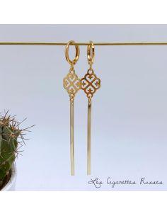 Boucles d'oreille dorées longue tige et médaillon ajouré