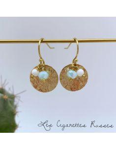 Boucles d'oreille pièce laiton martelée perles bleu clair