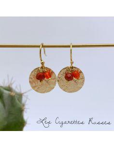 Boucles d'oreille pièce laiton martelée perles rouges