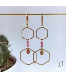 Boucles d'oreille hexagones laiton, pierres rose peps
