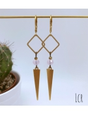 Boucles d'oreille anneau carré et long triangle en laiton avec perle de verre rose pâle